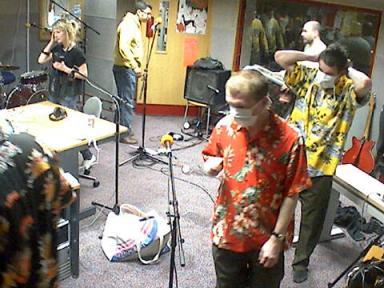 Clinic con barbijos y camisas hawaianas