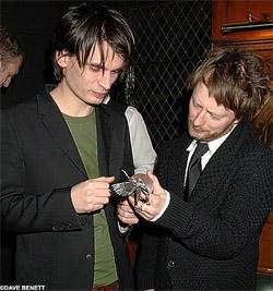 Thom y Jonny en la ceremonia